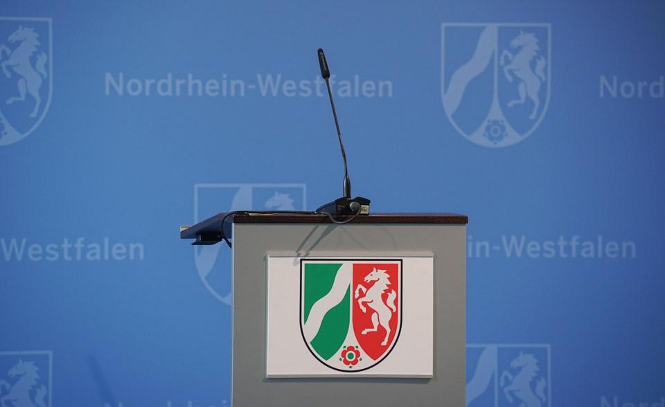 Ein Rednerpult auf einer Pressekonferenz