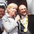 Das Foto zeigt Ministerpräsidentin Kraft und EU-Parlamentspräsidentin Martin Schulz bei dessen Auszeichnung in Aachen mit dem Karlspreis 2015.