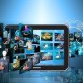 Illustration mit Bildern die in einen Monitor fliegen
