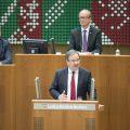 Ministerpräsident Armin Laschet hält seine Rede,vor ihm ein Pult mit 2 silberfarbenen Mikrofonen.