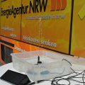 Das Bild zeigt eine Tafel mit der Aufschrift des EnergieAgentur.NRW-Logos.