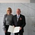 Ministerin Kampmann überreicht das Bundesverdienstkreuz am Bande an Heinz Holey