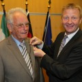 Innenminister Ralf Jäger überreicht das Verdienstkreuz 1. Klasse des Verdienstordens der Bundesrepublik Deutschland an Karl-Heinrich Wilmes