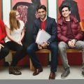 Auf dem Bild zu sehen ist NRW Talentförderer Suat Yilmaz inmitten von jungen Menschen.