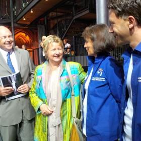 Das Foto zeigt Schulministerin Löhrmann mit Lehrerinnen und Lehrern der Gesamtschule bei der Preisverleihung in Berlin.