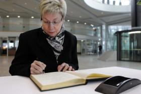 Landtagspräsidentin Carina Gödecke beim Eintrag in das Kondolenzbuch