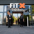 Staatssekretärin Milz vor einem Fitness-Studio-Eingang.