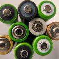 9 verschiedene, aufgestellte Batterien von oben gesehen