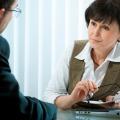 Eine Frau und ein Mann im Beratungsgespräch. Auf dem Tisch steht ein Notebook.