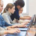Schülerinnen am Laptop
