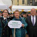 Sylvia Löhrmann, stellvertretende Ministerpräsidentin des Landes NRW (Mitte) mit der Dirigentin des Spielmannzuges (links) und dem Bürgermeister von Selfkant Herbert Corssten vor dem Zipfelzelt
