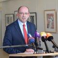Minister Rainer Schmeltzer gibt ein Statement vor der Presse.