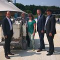 Staatssekretärin Andrea Milz mit Engagierten vor dem Ehrenamtstour-Zelt.