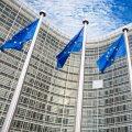 5 EU-Flaggen an Mästen vor dem EU-Parlament