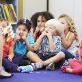 Bild zeigt Kinder im Sitzkreis