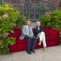Für Horst Wackerbarth nahmen Hannelore Kraft und Harry K. Voigtsberger vor Schloss Drachenburg in Königswinter auf der Roten Couch Platz.
