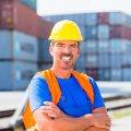 Das Bild zeigt einen Hafenarbeiter in einem Binnenhafen