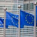 Das Foto zeigt mehrere wehende EU-Flaggen.