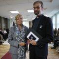 Ministerpräsidentin Hannelore Kraft verleiht den Verdienstorden des Landes Nordrhein-Westfalen an Pfarrer Manfred Deselaers