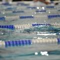 Ein Schwimmbecken mit mehreren abgetrennten Bahnen