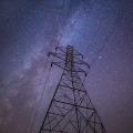 Ein sternenklarer Himmel über einem Strommast