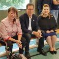 Staatssekretärin Andrea Milz sitzt gemeinsam mit den Vertretern der Graf Recke Stiftung und des Stadtsportbundes Düsseldorf auf einer Sportbank.