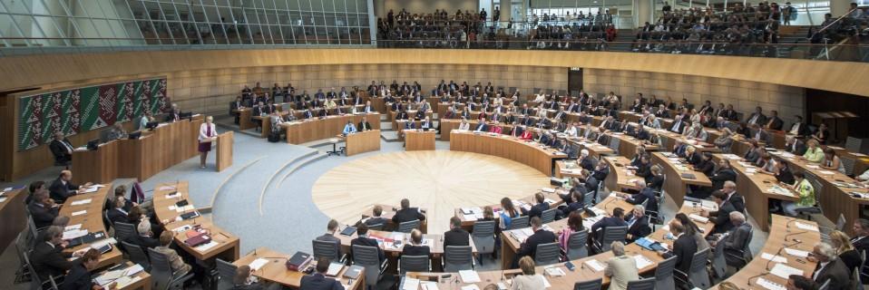 Abgeordnete im Plenarsaal des NRW-Landtags