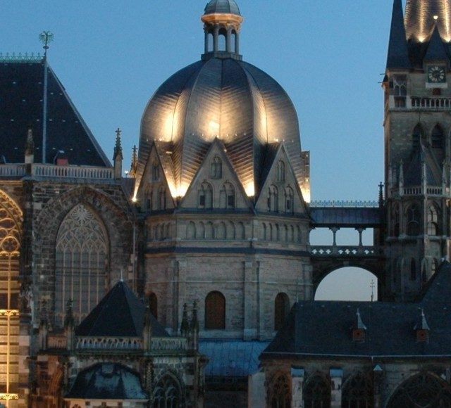 Sie sehen den Dom zu Aachen.