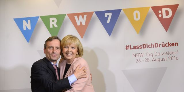 OB Geisel und MP Kraft umarmen sich