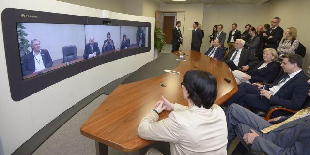 Die Delegation nimmt an einer Bildschirmtelefonkonferenz zu Präsentationszwecken teil