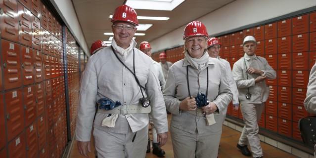 Ministerpräsidentin Kraft und US Botschafter Emerson laufen durch einen Gang im Marler Bergwerk Auguste Victoria.