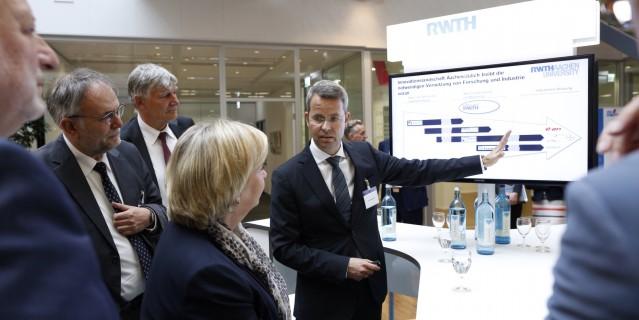 Ministerpräsidentin Kraft informiert sich an einem Informationsstand