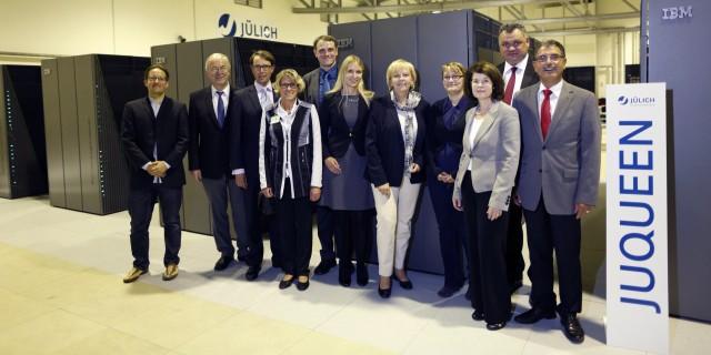 Gruppenfoto in der Rechnerhalle des Jülich Supercomputing Centre.