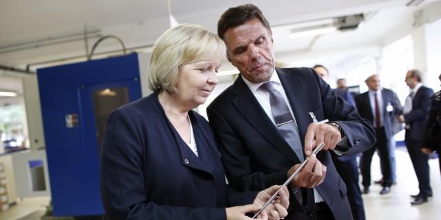 Ministerpräsidentin Kraft betrachtet ein Hochleistungs-Zerspanungswerkzeug