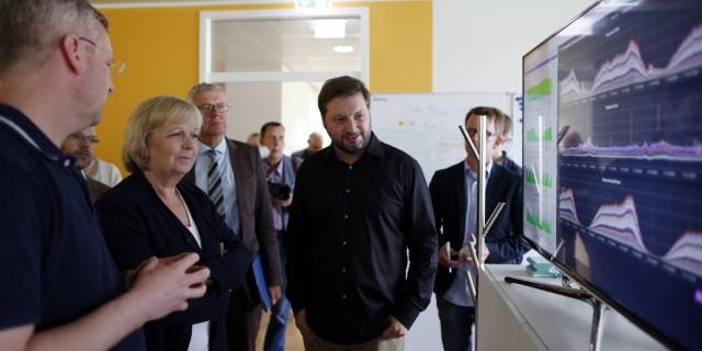 Ministerpräsidentin Kraft und Rolf Schrömgens betrachten einen Bildschirm