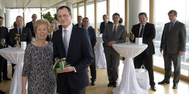 Das Foto zeigt Europaministerin Schwall-Düren, die den belgischen Generalkonsul Nikolaas Buyck verabschiedet. Im Hintergrund sind mehrere Mitglieder des Konsurlarkorps in NRW zu sehen.