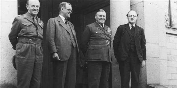 Das Bild zeigt die Spitzen der damaligen britischen Militärregierung