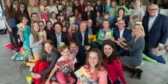 Kinder und Schulministerin Sylvia Löhrmann schauen in die Kamera