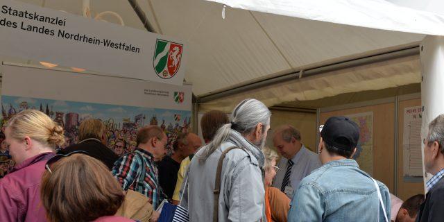 Besucher am Stand der Staatskanzlei NRW beim Tag der Deutschen Einheit 2016