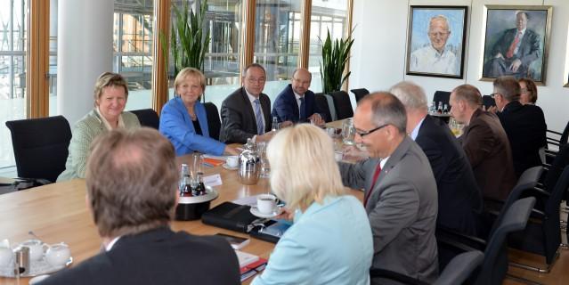 Das Foto zeigt einen Gesprächskreis von Ministerpräsidentin Kraft mit Vertretern der Beamtenbünde und -vertretungen.