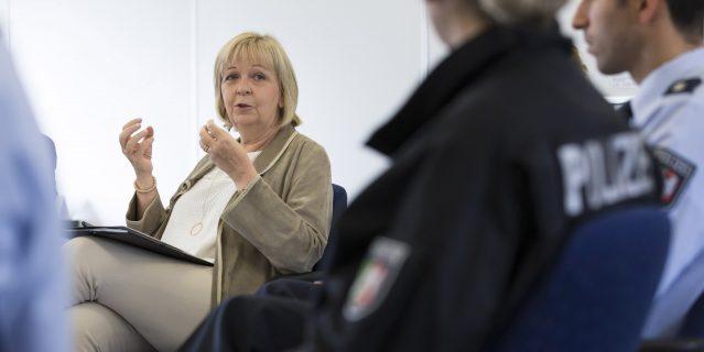 Ministerpraesidentin Hannelore Kraft spricht mit Polizistinnen und Polizisten