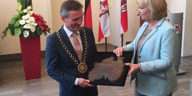 Ministerpräsidentin Hannelore Kraft überreicht Oberbürgermeister Thomas Geisel die Plakette zum NRW-Tag
