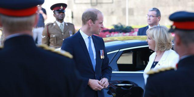 Prinz William  steigt aus dem Wagen, Ministerpräsidentin Hannelore Kraft begrüßt ihn