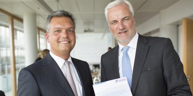 Das Foto zeigt  Prof. Dr. Volker Wittberg, Leiter der Forschungsgruppe der Bielefelder Fachhochschule des Mittelstands (FHM) und Wirtschaftsminister Garrelt Duin