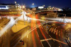 Bild mit Straßenkreuzung bei Nacht