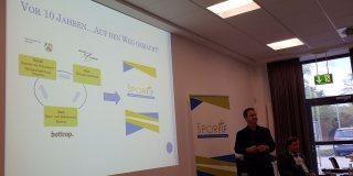 Linksseitig eine Leinwand mit einer Präsentation über den Bottroper Sportbund.