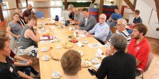 """Staatssekretärin Andrea Milz sitzt in einer Gesprächsrunde im Jugendzentrum """"die 9""""."""