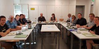 Staatssekretärin Andrea Milz sitzt in einer Gesprächsrunde beim Besuch der Sportschule in Bielefeld-Herford.