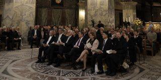Die Ehrengäste gemeinsam in einer Sitzgruppe in der Mitte des Aachener Doms.