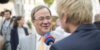 Ein WDR-Moderator interviewt Armin Laschet